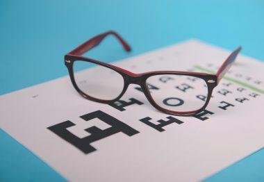 Zoom sur des lunettes de vue et un test ophtalmologique
