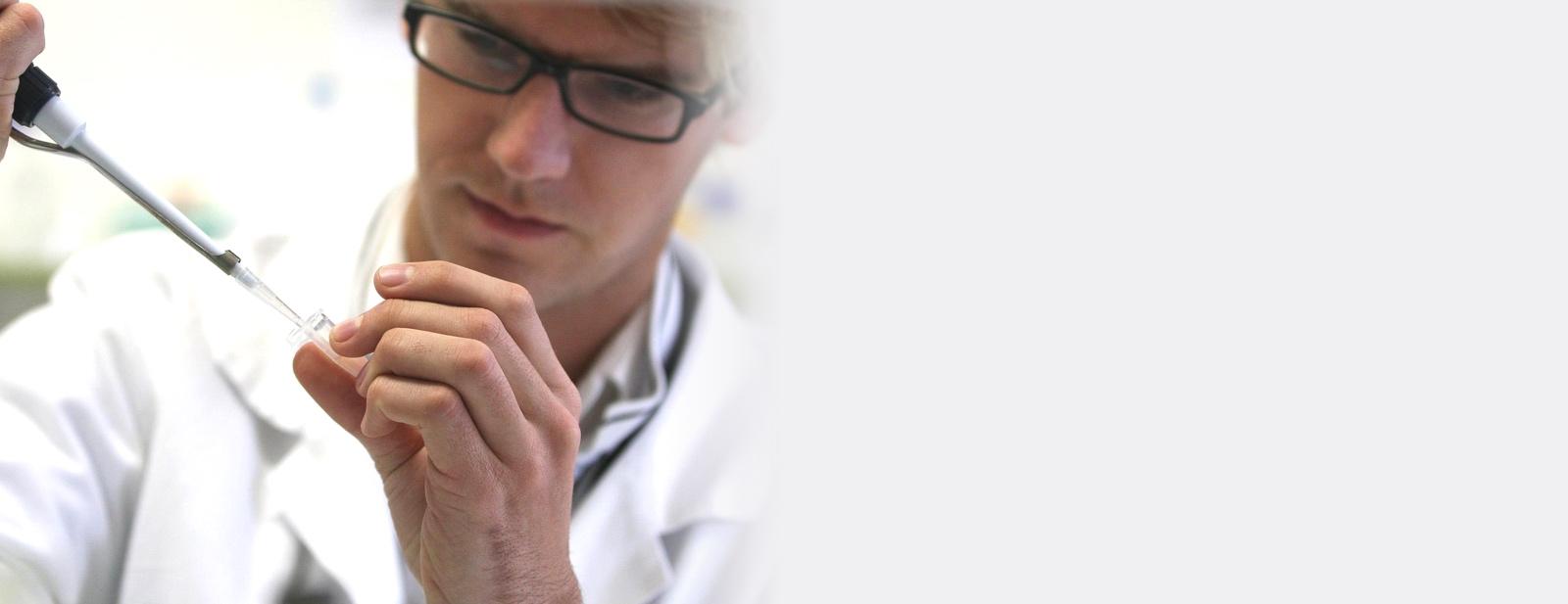 Un scientifique avec une pipette