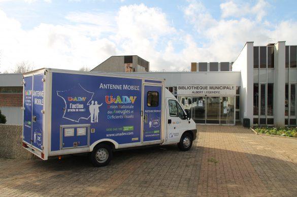 Camion de l'antenne mobile de l'UNADEV devant une bibliothèque municipale