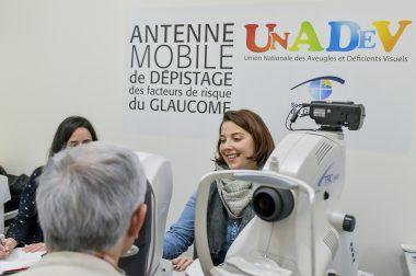 Dépistage du glaucome avec Charline, orthoptiste à l'UNADEV et l'ophtalmologiste. Ici une pachymétrie est réalisée (mesure de l'épaisseur de la cornée).