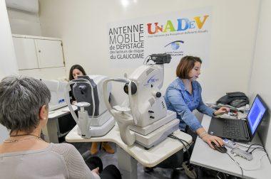 Lors du dépistage du glaucome par Charline, notre orthoptiste à l'UNADEV et l'ophtalmologiste partenaire sur cette étape