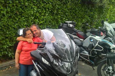 Une bénéficiaire de l'UNADEV avec son chauffeur motard