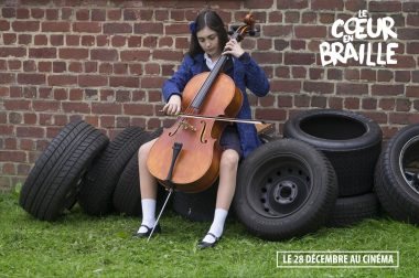 """Extrait du film """"Le cœur en braille"""" où l'héroïne joue du violoncelle, assise sur des pneus de voitures"""