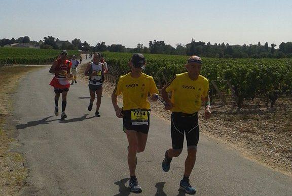 Michel et son guide en pleine course (marathon du Médoc)