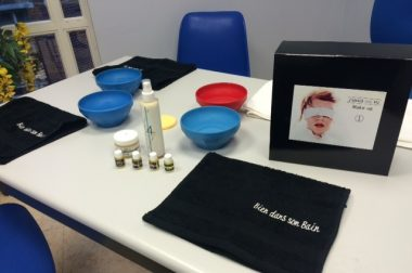 Des produits disposés sur une table pour un atelier de maquillage