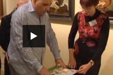 Un bénéficiaire de l'UNADEV découvre la reproduction d'un tableau réalisée pour les personnes déficientes visuelles, accompagné par la guide du Musée de Cassel. © France 3 Nord Pas de Calais