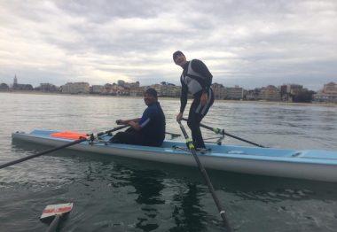 Marc, non-voyant pose sur un aviron
