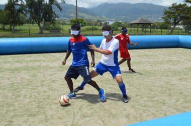 Joueurs en action lors d'un match de cécifoot