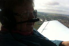 Zoom sur une personne déficiente visuelle dans l'avion