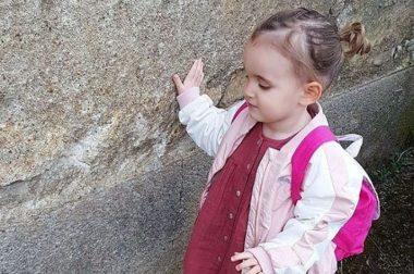 Carmela, petit fille de 2 ans non-voyante