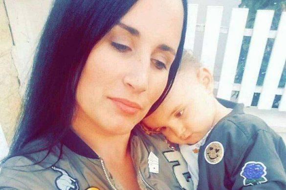 Julie et sa fille Carmela dans les bras