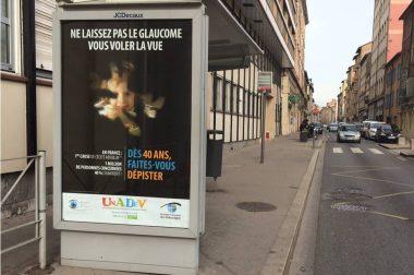 Affiche sur le glaucome sur un abri bus
