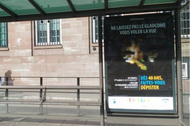 La publicité sur le glaucome sur un abri bus à Strasbourg