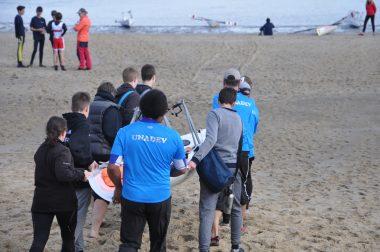 L'équipage s'apprêtant à mettre à l'eau l'aviron