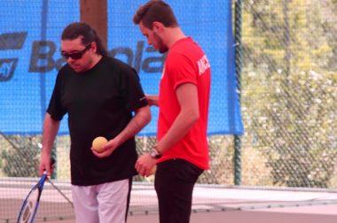 Bruno, sportif de l'UNADEV est aidé pour se placer avant le match