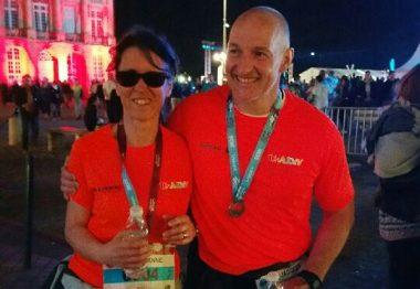Marianne et Jacques après le semi-marathon sur le place de la Bourse à Bordeaux