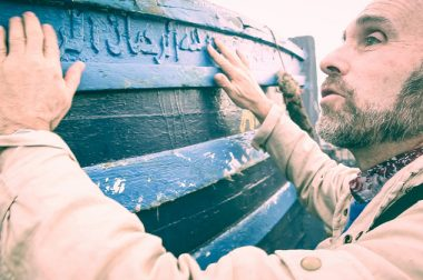 Jean-Pierre Broullaud déchiffre à l'ai de ses mains un texte écrit en arabe.