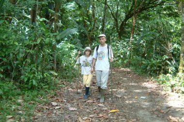 Jean-Pierre Brouillaud main dans la main avec sa fille alors âgée de 9 ans dans la forêt guyannaise.
