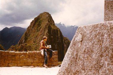 Jean-Pierre Brouillaud Pérou assis devant une montagne.