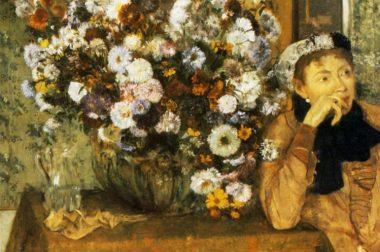 Ce tableau représente une femme, pensive, accoudée sur une table, à côté d'un imposant bouquet de fleurs.