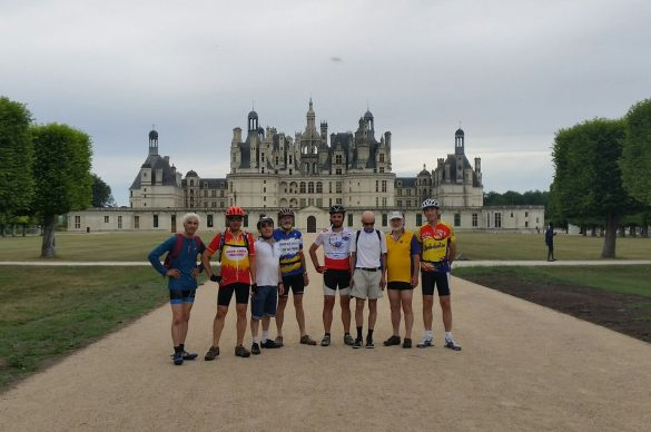 Photo de groupe des gourmets en tandem devant le Château de Chambord