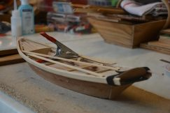 Maquette en bois d'une coque de bateau.