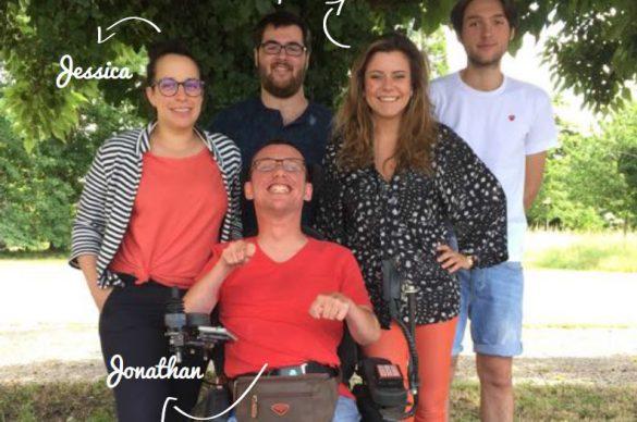 Toute l'équipe de MOBALIB dont Jonathan en fauteuil entouré de son équipe à l'ombre d'un arbre.