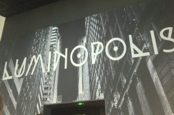 Panneau en noir et blanc avec le titre de l'exposition Luminopolis à Bordeaux
