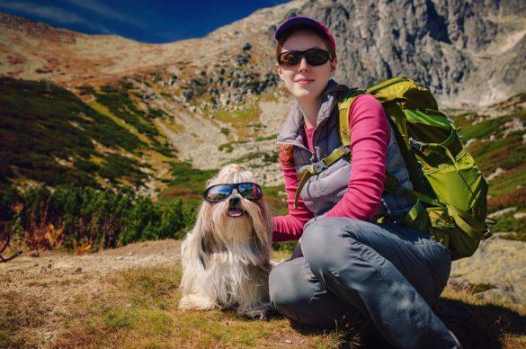 Femme avec chien  qui portent tous els deux des lunettes de soleil