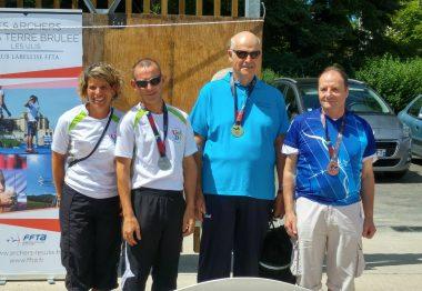 Championnat de tir àl'arc, les 3 gagnants sont sur le podium avec la coach.