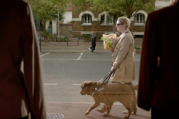Cendrina avec son chien-guide dans le spot TV de l'UNADEV consacré aux legs