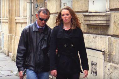 Maylis marche dans la rue, Michel lui tient le bras. ,