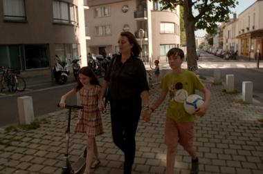 Anne-Sarah marche avec  ses enfants.