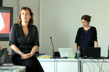 Anne sarah assise dans une salle de cours face à des élèves adultes.