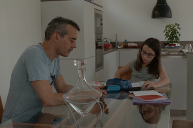 Papa avec sa fille qui font les devoirs.