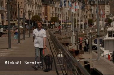 Papa aveugle qui marche avec son chien guide