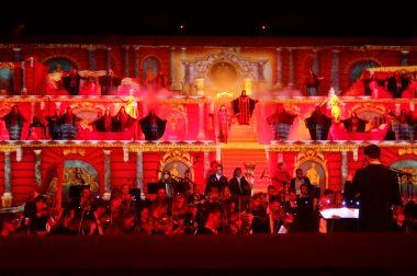 Orchestre fond rouge