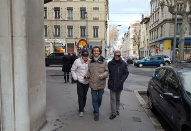 Pierre Duvinage et desbénvoles avec bandeua dans les rues de Lyon