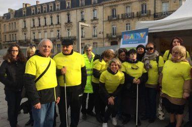 Groupe de marcheurs qui pose avec tee-shirt jaune du téléthon
