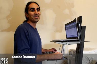 Homme cheveux longs devant un ordinateur
