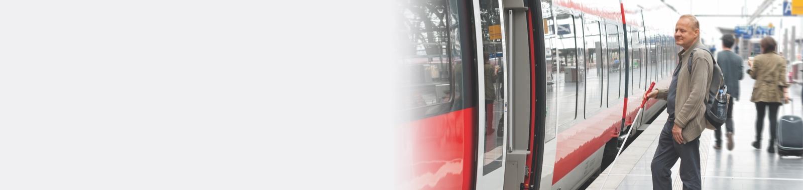 Déficient visuel sur le quai d'une gare