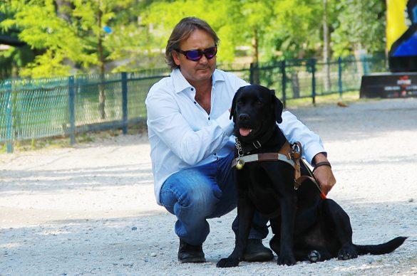 Olivier, non-voyant, avec son chien guide
