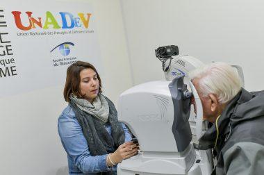 Un patient se fait dépister avec une machine spécifique par l'orthoptiste de l'UNADEV Charline