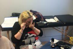 Une personne aveugle applique du mascara lors d'un cours de maquillage