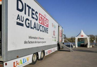 Photo du bus du glaucome de l'UNADEV sur les quais de Bordeaux