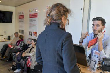 """Florian, de l'équipe du Bus, accueille une personne, lui présente les examens qui seront réalisés et indique qu'ils seront notés dans le """"Livret du patient"""""""