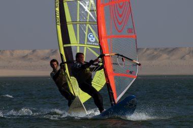 Olivier, non-voyant, et son accompagnateur Pierre lors d'une compétition de planche à voile au Maroc