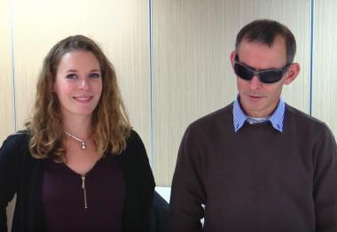 Capture d'une vidéo explicative de la technique de guide pour accompagner une personne déficiente visuelle lors d'un déplacement.