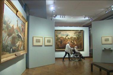 Une personne en fauteuil roulant dans le musée de Cassel