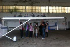 Visite guidée du groupe de personnes déficientes visuelles autour de l'avion
